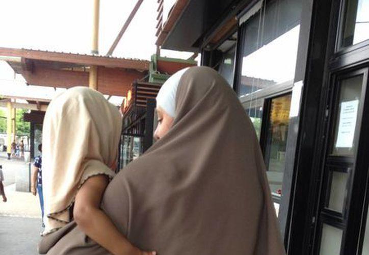 """Las mujeres que visten los velos islámicos """"ya no están seguras"""", dice Mohera Lukau, una madre de tres niños y de 26 años de edad, en Trappes. (Agencias)"""