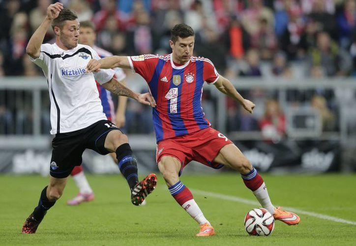 El polaco Robert Lewandowski (d), en su primera temporada con el Bayern Munich, fue una pesadilla para el Paderborn. (Foto: AP)
