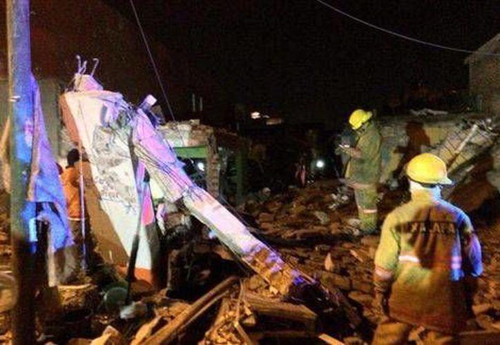 La explosión de un cilindro en mal estado causó el derrumbe de dos viviendas aledañas y daños en ocho casas más. (Milenio)