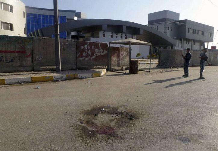 Policías iraquíes vigilan en la sede del Ministerio de Transporte en la zona de Qanat, Bagdad, Irak. (Archivo/EFE)