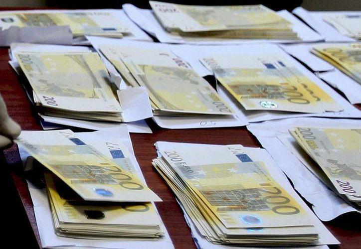 Imagen de varios billetes falsos de 200 euros extendidos en una mesa. Policía de Kenia descubre en una vivienda miles de billetes 'pirata'. (EFE/Archivo)