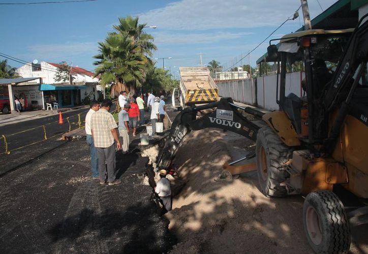 Continúan los trabajos para rellenar el hundimiento registrado en la colonia Independencia. (Julián Miranda/SIPSE)