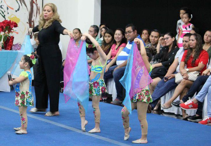 Las alumnas se presentaron en uno de los salones del Oasis Smart. (Ángel Villegas/SIPSE)