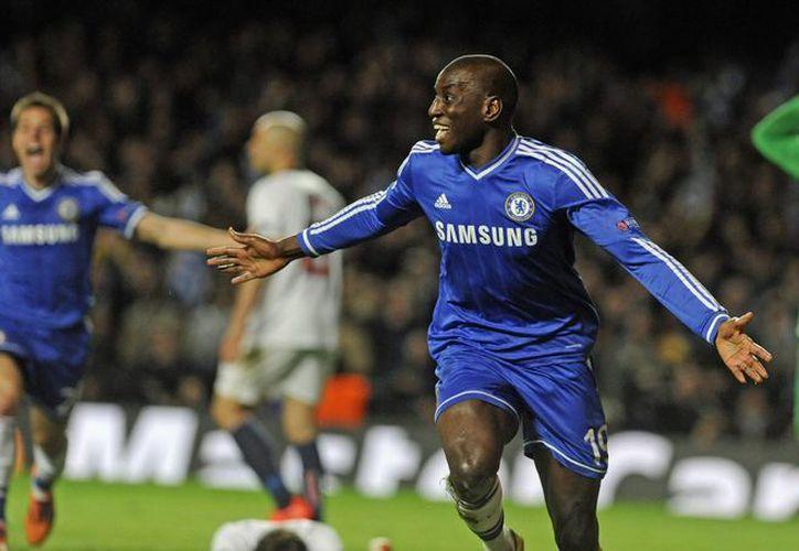 Demba Ba (c) del Chelsea celebra tras anotar el segundo gol en la portería del Paris Saint-Germain en el partido de vuelta de cuartos de final de la Liga de Campeones. (EFE)