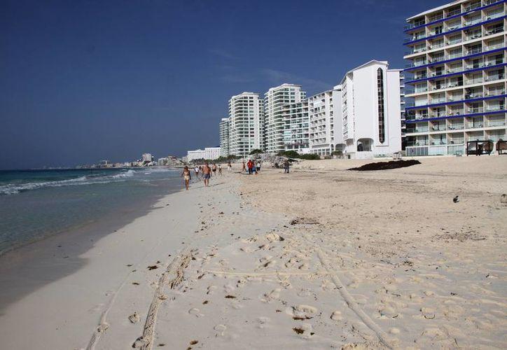 La playa Gaviota Azul fue una de las más afectadas por la llegada atípica del sargazo; ahora luce libre del alga marina. (Tomás Álvarez/SIPSE)
