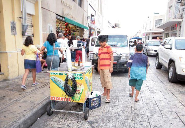 Muchos niños y adolescentes trabajan como vendedores ambulantes. (SIPSE)