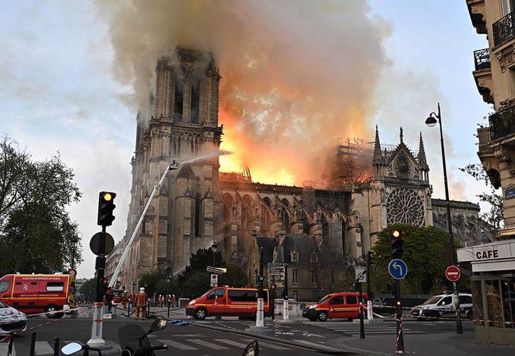 """El presidente francés ha prometido que la catedral será """"reconstruida entre todos"""" y ha destacado que """"lo peor ya ha pasado"""". (Notimex)"""