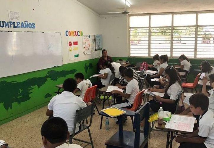 Los exámenes fueron presentados por estudiantes de sexto año de primaria. (Octavio Martínez/SIPSE)