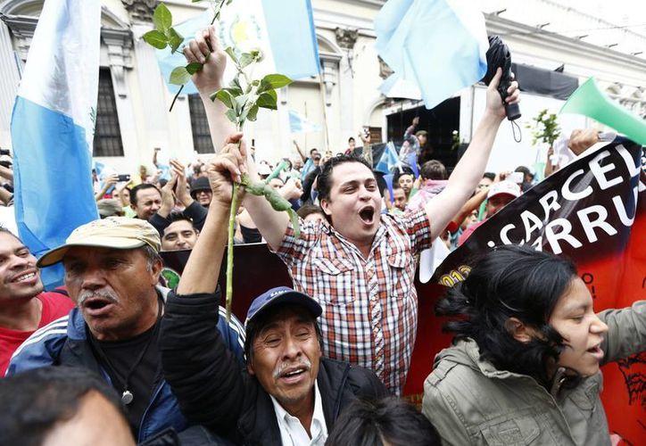 Cientos de guatemaltecos esperaron en las afueras del Congreso la resolución que quitó la inmunidad al presidente Otto Pérez Molina. (AP)