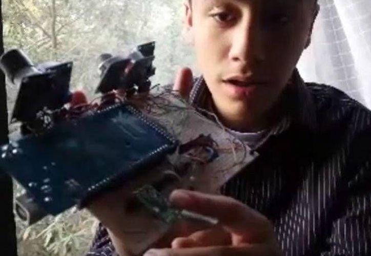 El invento del adolescente mexicano mide gases contaminantes atmosféricos, como son el ozono, CO2, etanol y otros más.(Captura de video/Youtube)