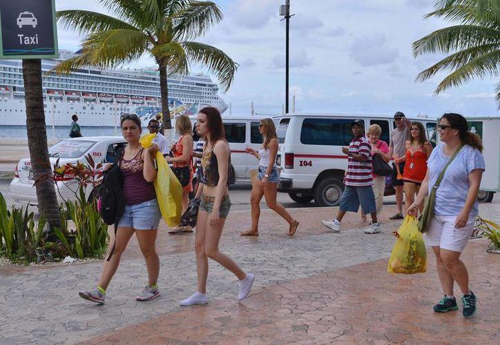 El malecón de la isla lució con buena afluencia de turistas. (Gustavo Villegas/SIPSE)
