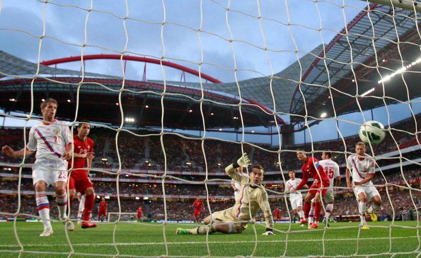 Postiga (segundo desde la izquierda) anota el gol que valió los tres puntos para los lusos. (Agencias)