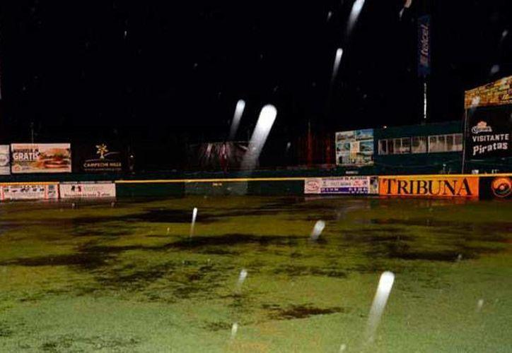 La intensa lluvia que cayó ayer sobre Campeche dejó inundado el campo de beisbol Nelson Barrera Romellón, en donde tendrían lugar el partido entre Piratas y Pericos para definir al rival de Leones de Yucatán. El juego se programó para este lunes. (Milenio Novedades)