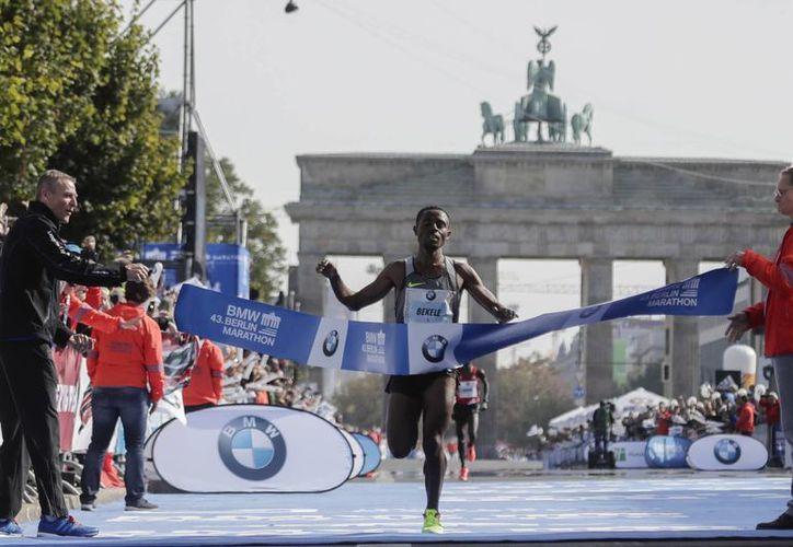 El etíope Kenenisa Bekele superó a los corredores kenianos para obtener el triunfo del maratón de Berlín. (AP/Markus Schreiber)