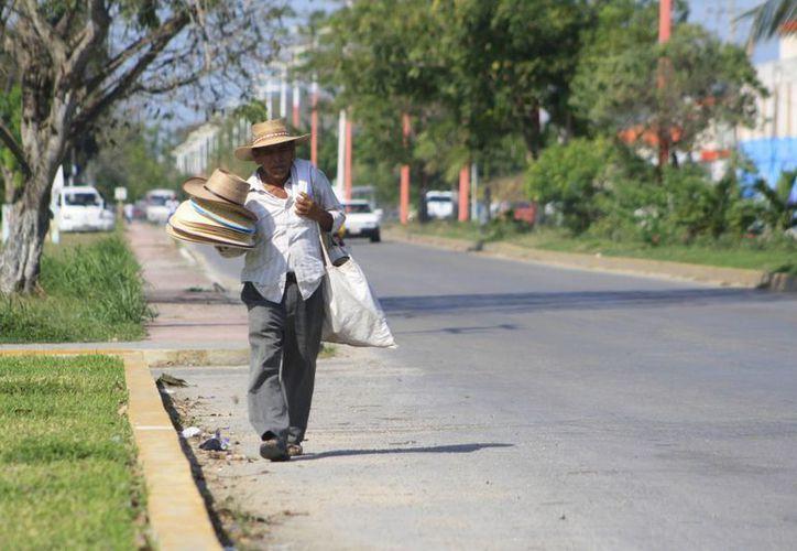 Recomiendan protegerse del sol y mantenerse hidratados. (Harold Alcocer/SIPSE)