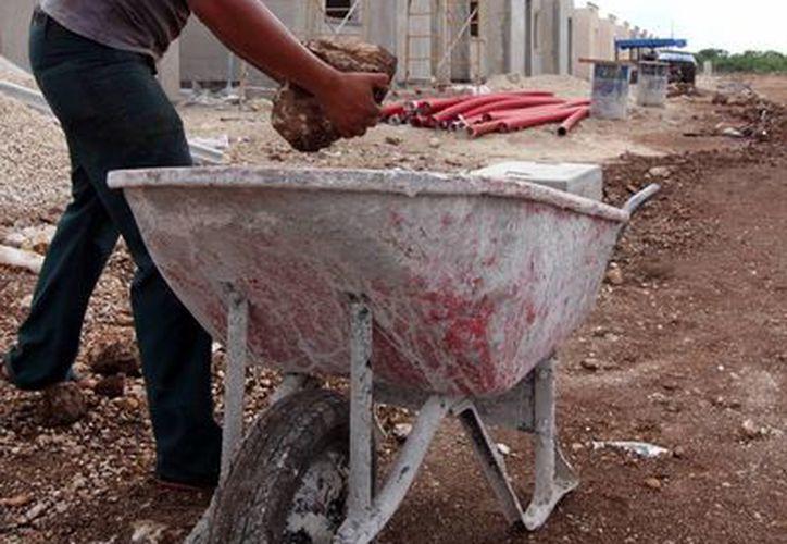 Pese a que constructores les otorgan artículos de seguridad a los empleados, no siempre los utilizan durante la jornada laboral. (Milenio Novedades)