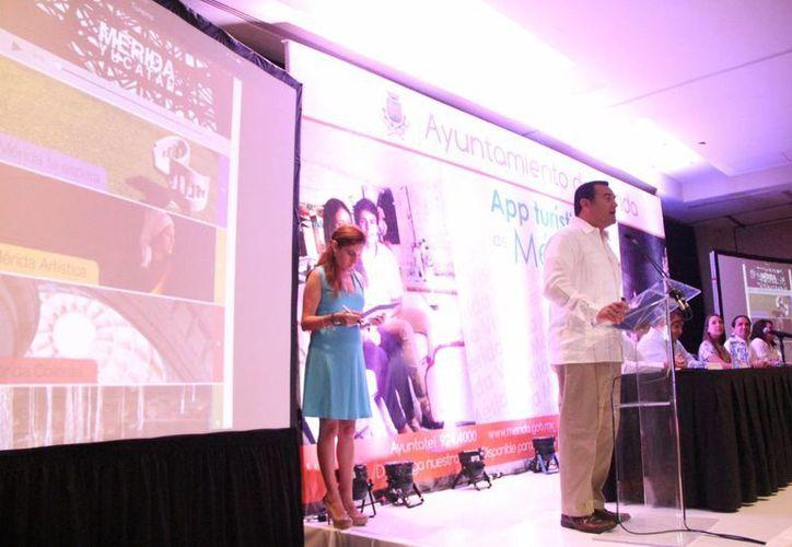 El alcalde de Mérida, Renán Barrera Concha, presentó ante los invitados la aplicación Mérida Móvil. (José Acosta/SIPSE)