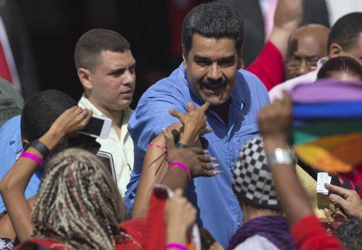 La Constitución de Venezuela establece que solamente los venezolanos por nacimiento pueden ser presidentes. De confirmarse el que Maduro sea colombiano, no debería estar en el cargo. (AP)