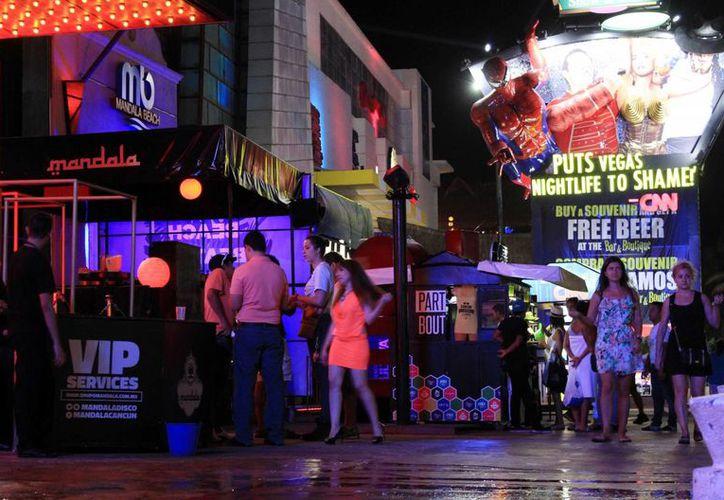El Código Rojo se activó esta noche por el reporte de tres personas baleadas en la zona de discotecas del bulevar Kukulcán de Cancún. (Contexto/Luis Soto)