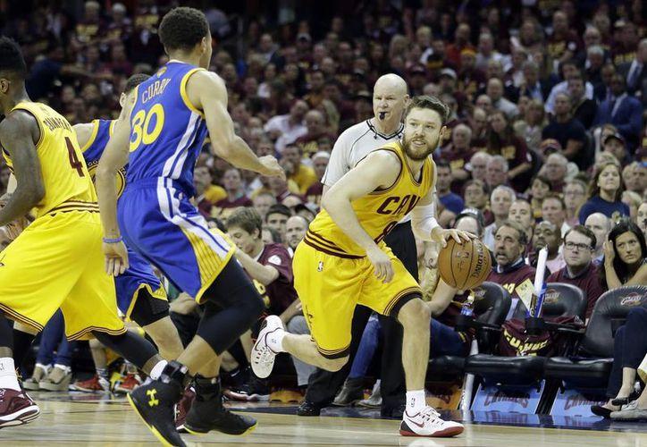 Stephen Curry y Andre Iguodala anotaron 22 puntos cada uno y los Warriors, que mostraron por qué fueron el mejor equipo de la temporada regular, igualaron el jueves la final 2-2 tras imponerse 103-82 a los Cavaliers de Cleveland. (AP)