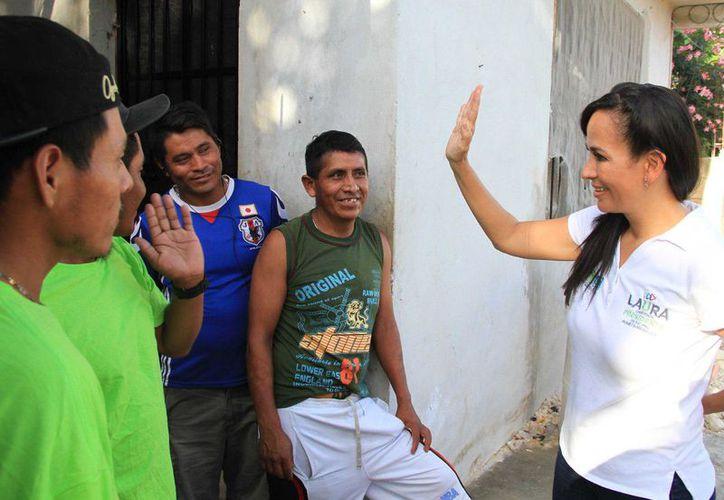 Laura Fernández, candidata a la presidencia municipal de Puerto Morelos escuchó planteamientos de los vecinos y dio a conocer sus propuestas. (SIPSE)