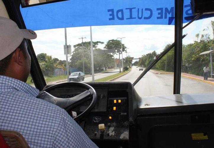 Algunos chóferes del transporte público no respetan los señalamientos de tránsito. (Juan Palma/SIPSE)