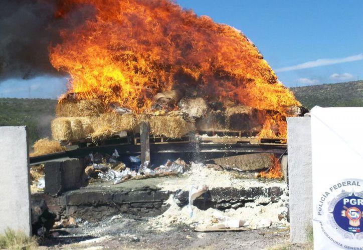 Un Juez en Yucatán dejó libre a un joven que portaba marihuana en dosis de 3 veces la cantidad permitida. La conclusión del juez fue porque, según él, la droga no estaba destinada a su 'comercio suministro, aun gratuitamente'. En la foto, quema de droga en Durango. (Notimex)