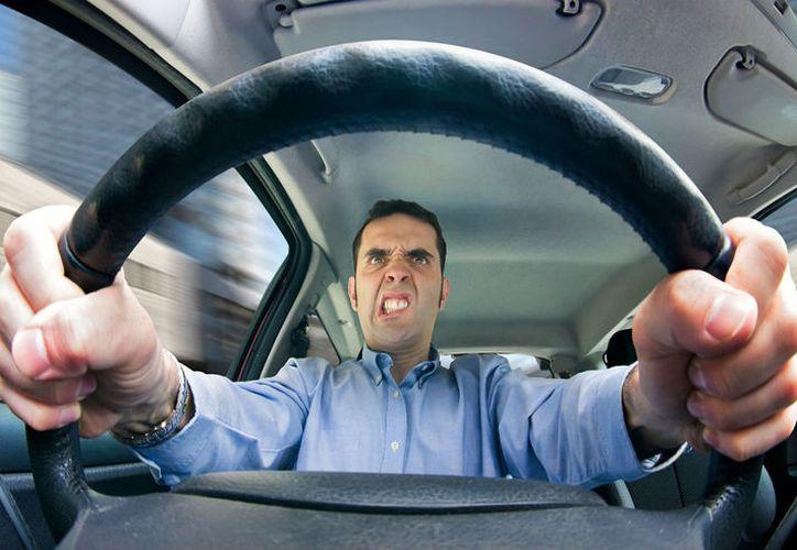 Una distracción a la hora de conducir, como el enojo o tristeza, pone en peligro la vida de muchas personas. (Foto: Motorbit)