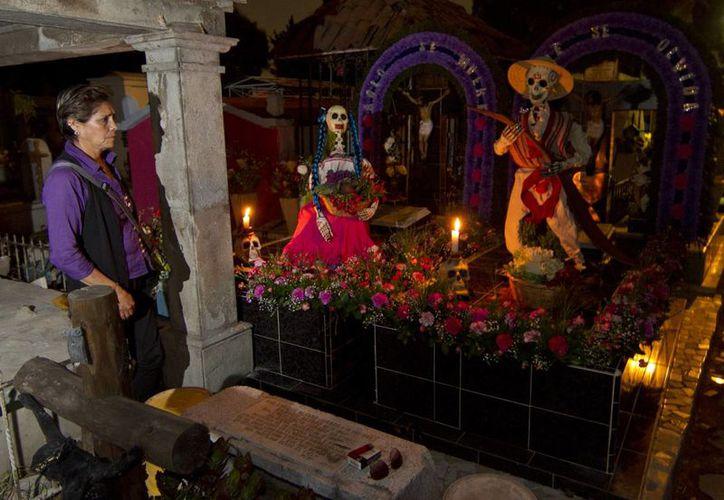 Las tumbas en algunos casos son decoradas 'en cada centímetro' y les colocan numerosas ofrendas. (Notimex)