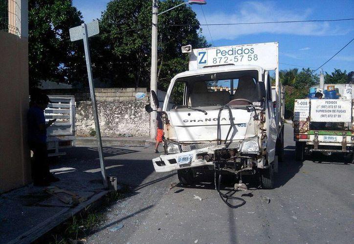 Luego de ignorar la luz roja, una camioneta repartidora de gas lo impactó. (Irving Canul/SIPSE)