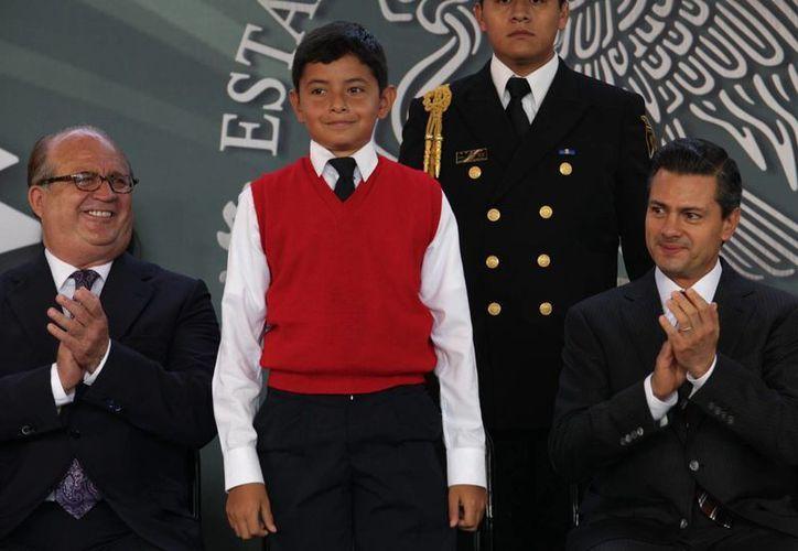 El gobernador perredista de Morelos, Graco Ramírez (i), externó a Peña Nieto la visión del PRD en cuanto a la reforma enérgetica. (Notimex)