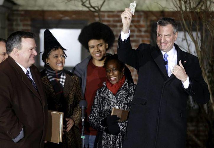 El demócrata Bill de Blasio (d) juró este miércoles como nuevo alcalde de Nueva York. (EFE)
