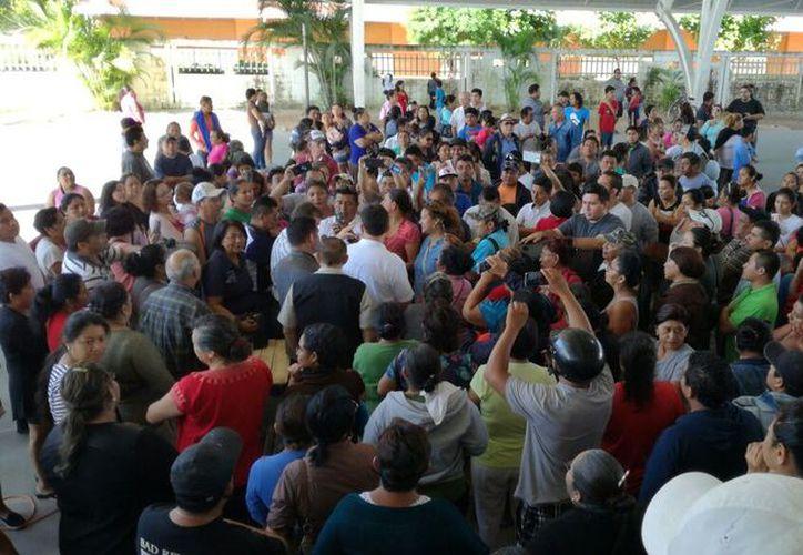 Los manifestantes pidieron que el Ayuntamiento de Solidaridad apoye como mediador, para que no pierdan sus patrimonios. (Foto: Daniel Pacheco)