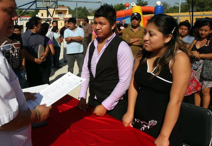 Regulan en Yucatán los enlaces matrimoniales. Imagen de una pareja de jóvenes en su ceremonia de unión por lo civil. (Milenio Novedades)