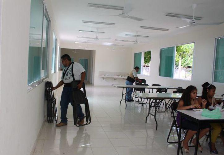 Mesas y sillas fueron colocadas solo 'para la foto oficial' en el área destinada al comedor de una primaria de Felipe Carrillo Puerto. (Benjamín Pat/SIPSE)