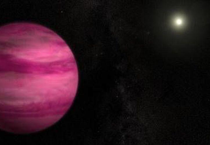 El planeta plantea retos a los astrofísicos pues pese a su gran tamaño y tono fiusha, la esfera es menos pesada que Júpiter. (Agencias)