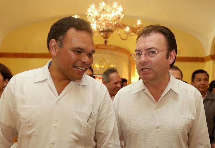 El Gobernador se reunió con el secretario de Hacienda, Luis Videgaray Caso (d), para analizar el presupuesto destinado a Yucatán y proyectos de inversión a realizar este año. (Cortesía)