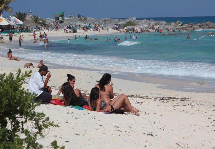 Turistas nacionales y extranjeros disfrutaron de las playas de la isla. (Gustavo Villegas/SIPSE)