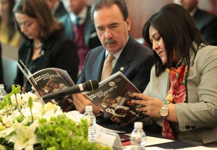 Senadores dan un vistazo a la revista Igualdad de Género. (senado.gob.mx)