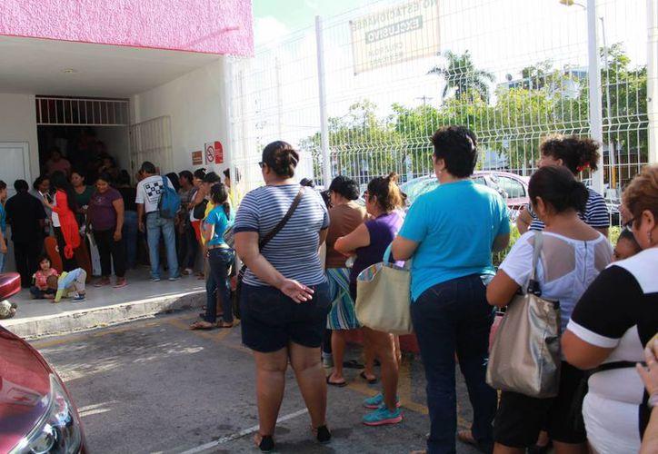 Las familias llegaron desde las 6 de la mañana para asegurar su turno. (Luis Soto/SIPSE)