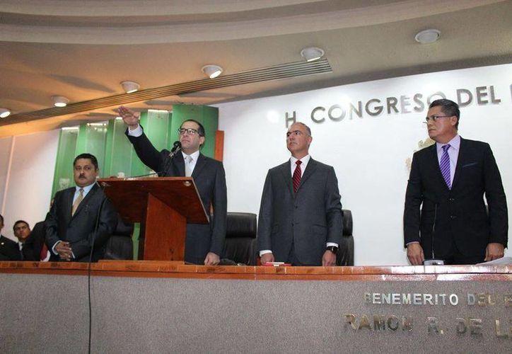 José Ignacio Peralta Sánchez rindió protesta como gobernador de Colima, en sesión solemne del Congreso del Estado. (facebook.com/NachoPeraltaCol)