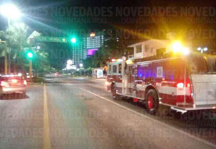 Elementos de bomberos realizaron recorridos en la zona hotelera. (Eric Galindo/SIPSE)