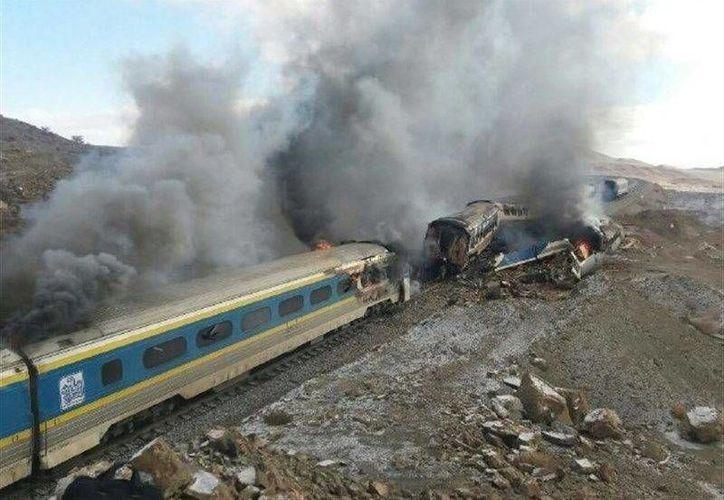 El siniestro se produjo en la estación de ferrocarril de Haf Khan, cercana a la ciudad de Shahroud, donde los trenes colisionaron. (EFE)