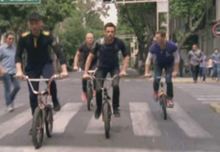 Los integrantes de la banda británica Coldplay recorrieron en bicicleta calles de la Ciudad de México, para la realización del video de su nuevo sencillo 'A head full of dreams'. (Captura de pantalla)