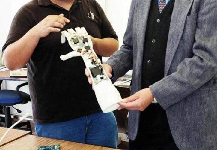 La señal eléctrica del cerebro envía los patrones de movimiento a una prótesis de brazo. (Archivo Internet)