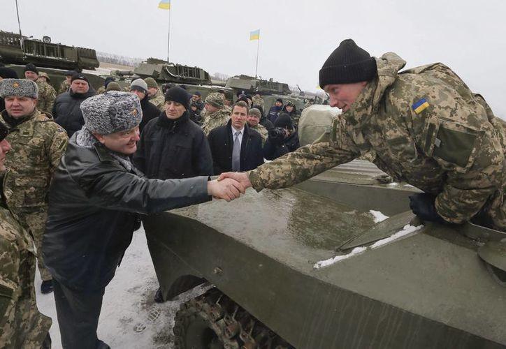 El presidente de Ucrania, Petró Poroshenko, denunció ante la Unión Europea las continuas violaciones por parte de las milicias prorrusas de la tregua declarada el 9 de diciembre en el este del país. (EFE/Archivo)