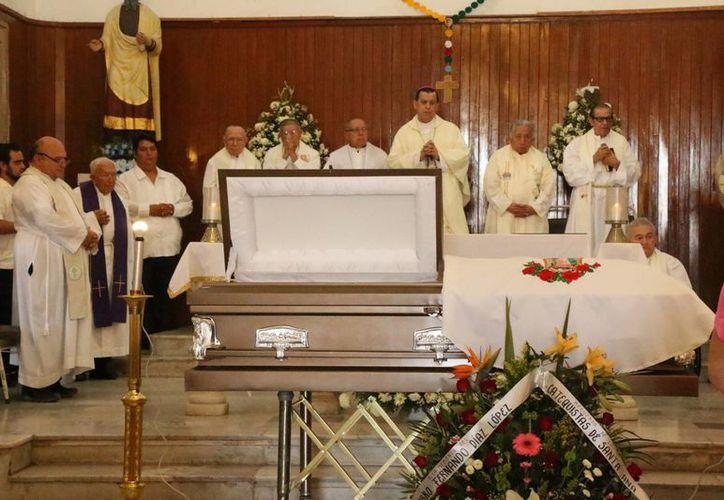 El Arzobispo de Yucatán, Monseñor Gustavo Rodríguez Vega, presidió el velatorio al sacerdote meridano Fernando Díaz López. (José Acosta/SIPSE)