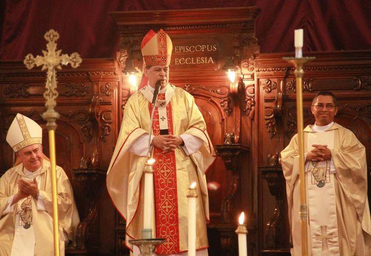 Imagen de la misa que se realizó esta mañana, en la Catedral de Mérida, el Arzobispo de Yucatán Monseñor, Gustavo Rodriguez. (Jorge Acosta/Milenio Novedades)