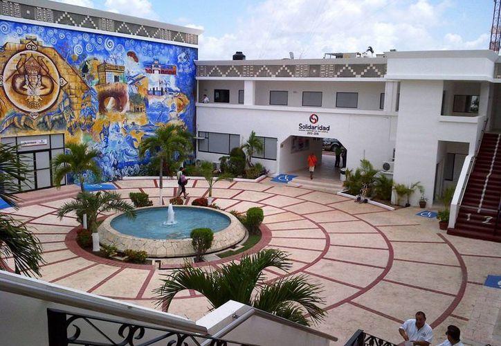 El mural que se encuentra dentro del edificio del Ayuntamiento de Solidaridad será restaurado. (Daniel Pacheco/SIPSE)