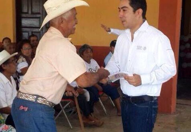 El delegado de la Sedesol en Yucatán, Luis Enrique Borjas Romero, encabezó la asignación de recursos en Sierra Papacal y Caucel. (Milenio Novedades)